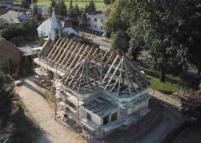 Budowa dachu w kościele.